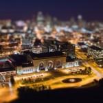 Egy éjjeli városkép ún. tilt shift effekttel fotózva