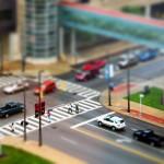 Egy városi útkereszteződés ún. tilt shift effekttel fotózva
